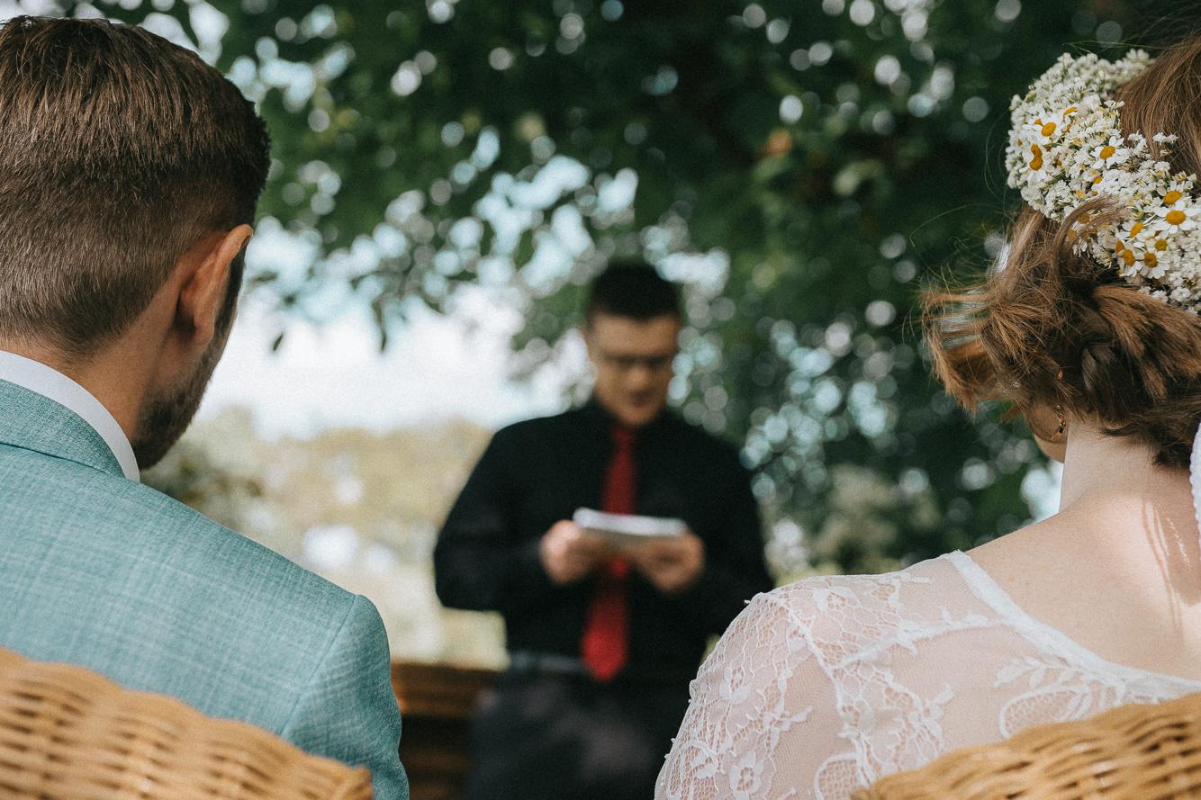 Freie Trauung hinter dem Brautpaar