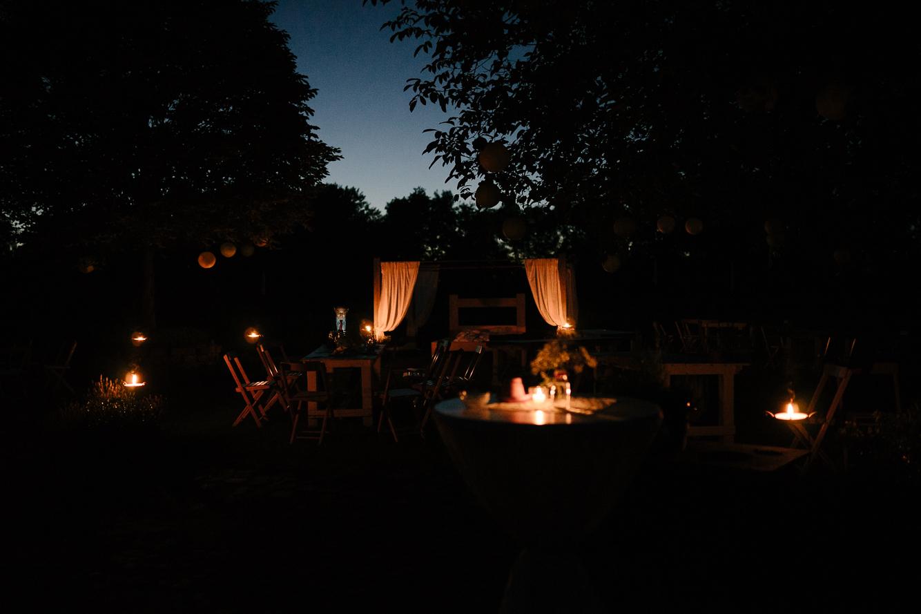 zauberhafte Atmosphäre im Garten bei Nacht